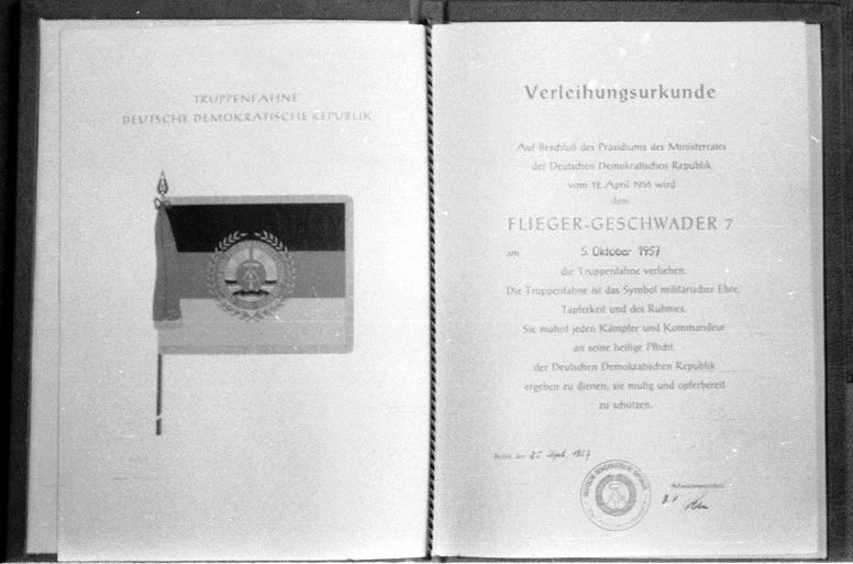 Urkunde der Verleihung der Truppenfahne an das JG-7